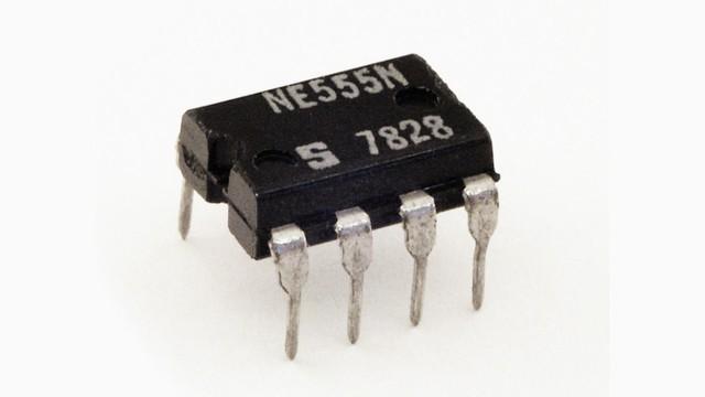 Микросхема таймера NE555 включает около 20 транзисторов, 15 резисторов, 2 диода.  Выходной ток...  35. 25.